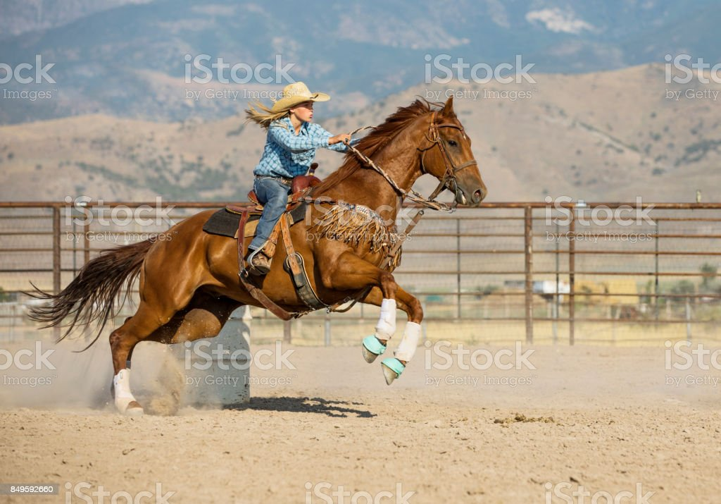 Junge Cowgirl Tonnenrennen – Foto
