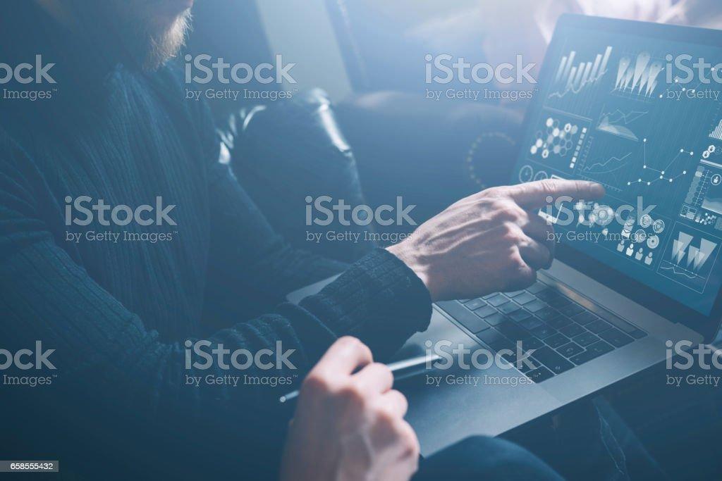 Jeunes collègues discuter des idées daffaires au bureau moderne