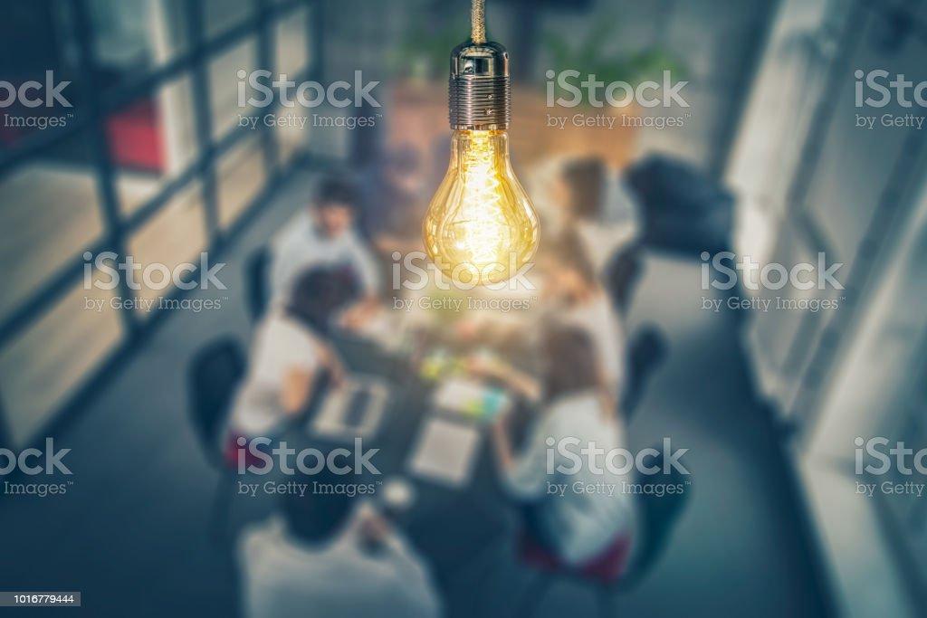 Gens d'affaires créatives jeunes réunis au bureau. - Photo de Affaires libre de droits