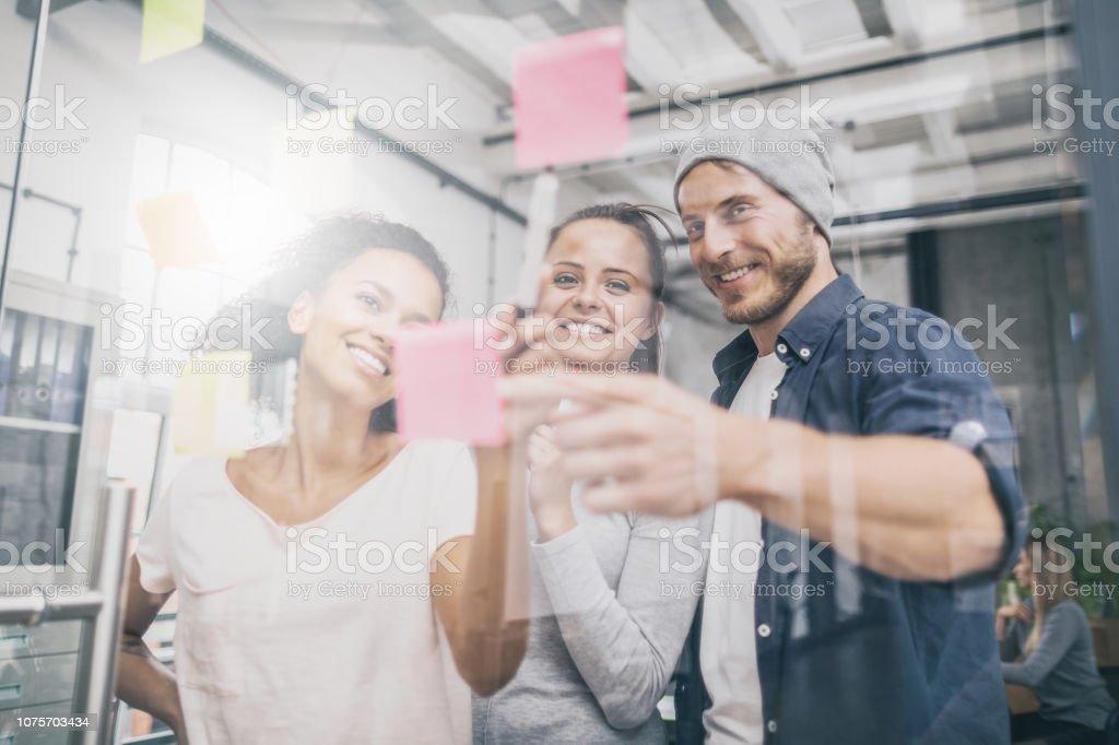 Junge kreative Geschäftsleute treffen im Büro. – Foto