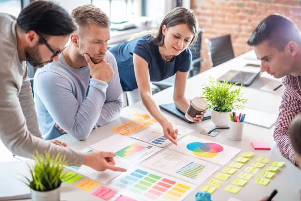 Junge kreative Geschäftsleute treffen sich im Büro. – Foto