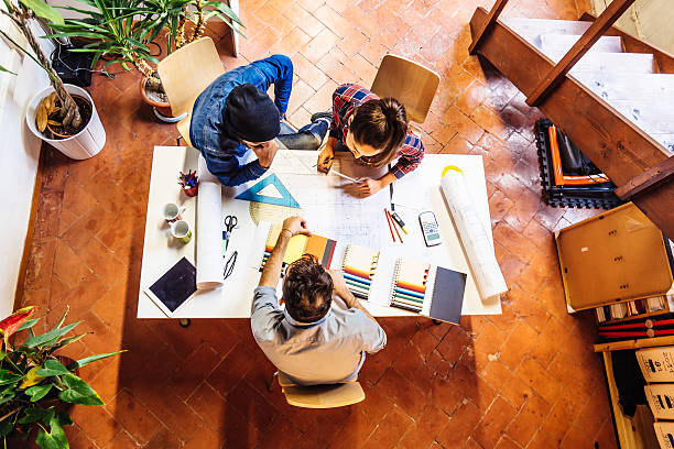 jovens criativos de equipa a trabalhar em conjunto - imobiliaria imagens e fotografias de stock