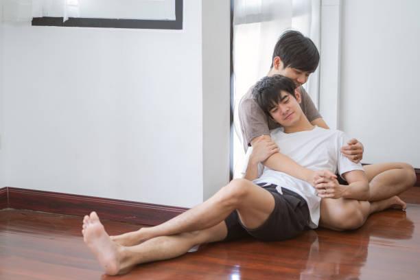 Joven linda pareja gay asiática se acurruca y abraza.teens pareja homosexual. LGBTG Concept.Amor y Relaciones - foto de stock