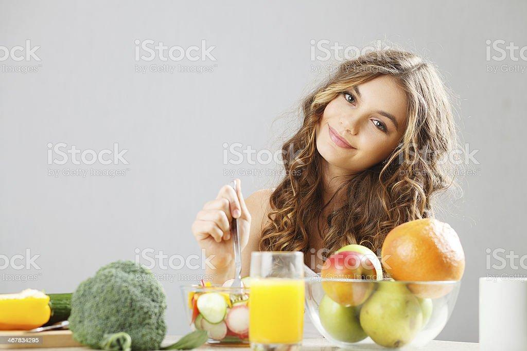 Joven linda chica con desayuno - Foto de stock de Adolescente libre de derechos