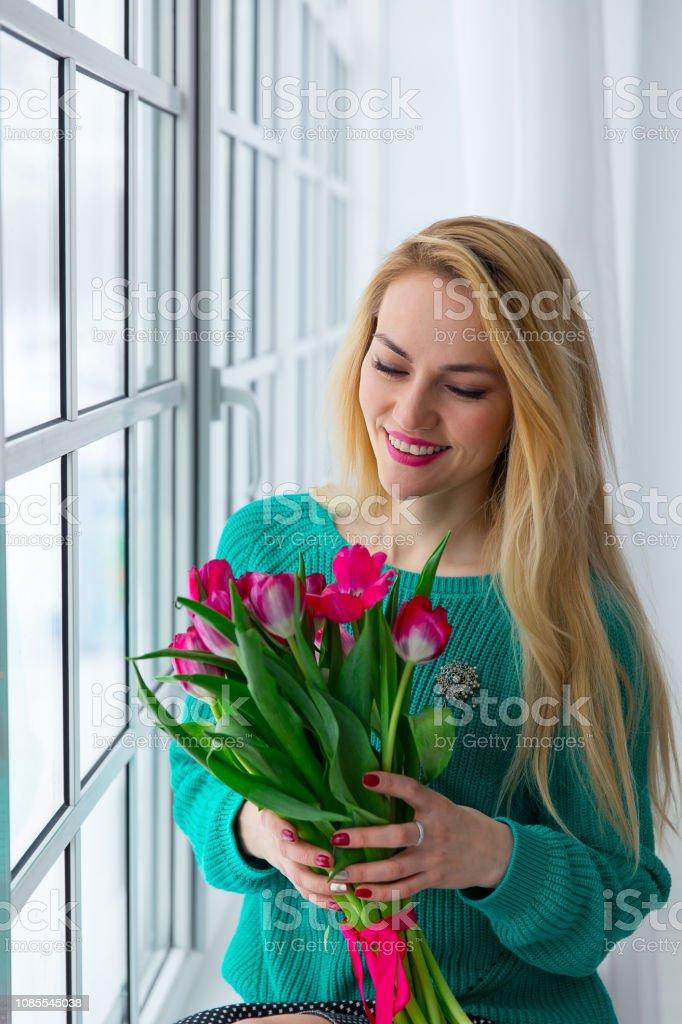 Junge süße Mädchen mit Haufen von Frühlingsblumen lächelnd, 8. März, internationalen Damen Urlaub. – Foto