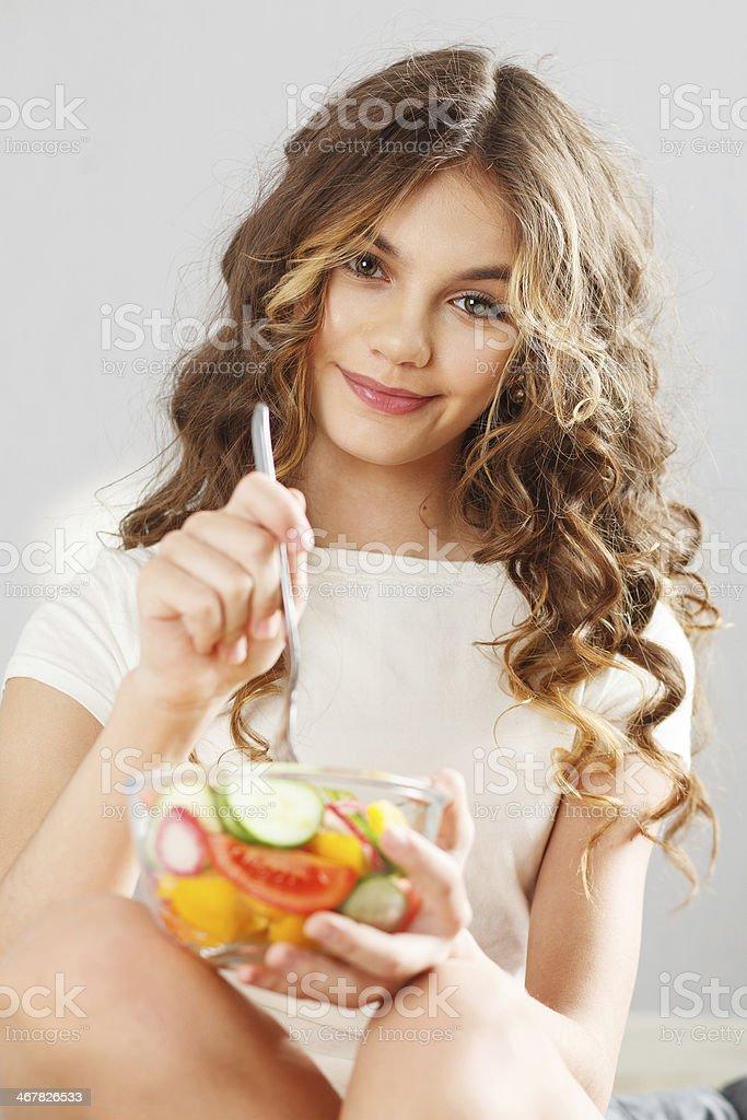 Joven linda chica con ensalada - Foto de stock de Adolescente libre de derechos