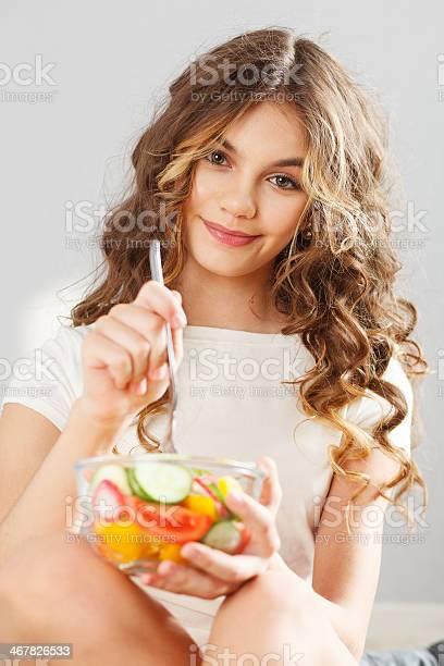 Joven Linda Chica Con Ensalada Foto de stock y más banco de imágenes de Adolescente