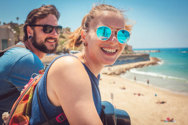 Junge niedliche Mann und Frau glücklich, das Meer zu erreichen – Foto