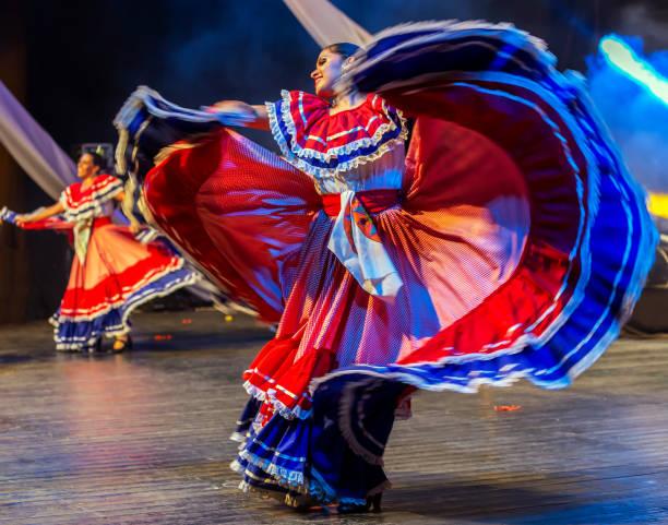 jonge dansers uit costa rica in klederdracht - costa rica stockfoto's en -beelden