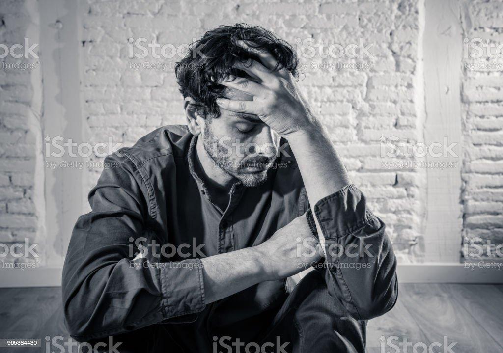 jeune homme déprimé assis contre un mur blanc à la maison avec une ombre sur le mur se sentir misérable, solitaire et triste dans le concept de santé mentale dépression - Photo de A l'abandon libre de droits