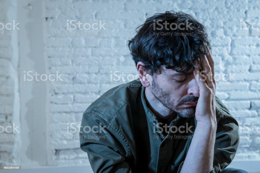 느낌, 외 롭 고 비참 하 고 슬픈 정신 건강 우울증 개념에서 벽에 그림자와 함께 집에서 흰 벽에 앉아 우울된 젊은이 - 로열티 프리 걱정하는 스톡 사진