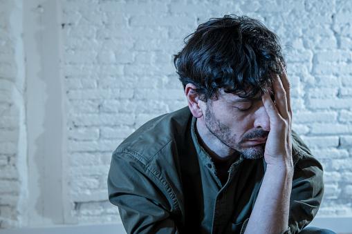 느낌 외 롭 고 비참 하 고 슬픈 정신 건강 우울증 개념에서 벽에 그림자와 함께 집에서 흰 벽에 앉아 우울된 젊은이 걱정하는에 대한 스톡 사진 및 기타 이미지