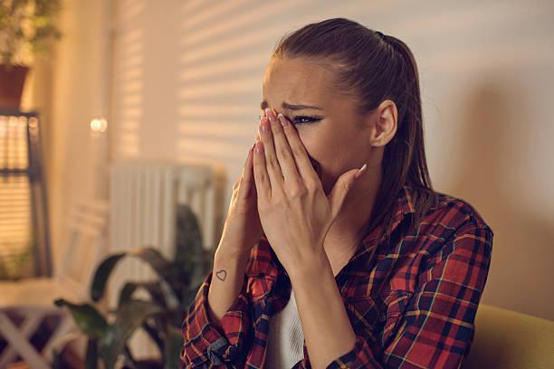 Junge Ein deprimierter Frau weinend zu Hause fühlen. – Foto