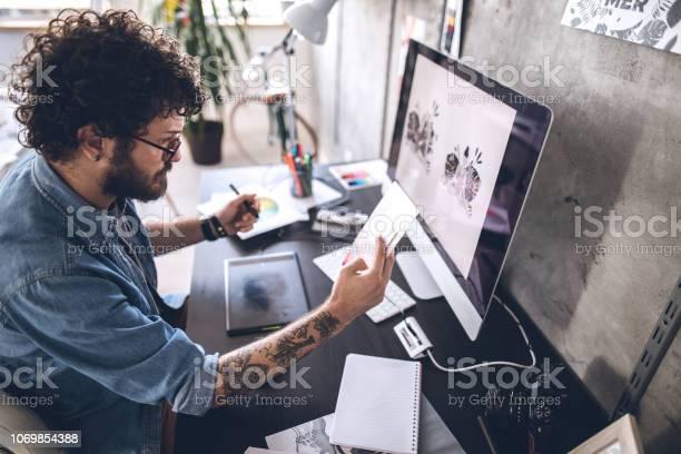 Jóvenes Diseñadores Trabajando En Nuevo Proyecto Foto de stock y más banco de imágenes de 25-29 años