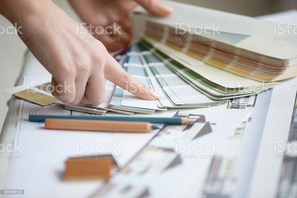Junge Designer arbeiten mit Farben Lizenzfreies stock-foto