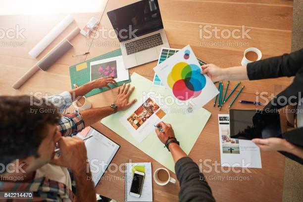 Jonge Ontwerpers Bespreken Van Het Kleurenpalet Stockfoto en meer beelden van Advertentie
