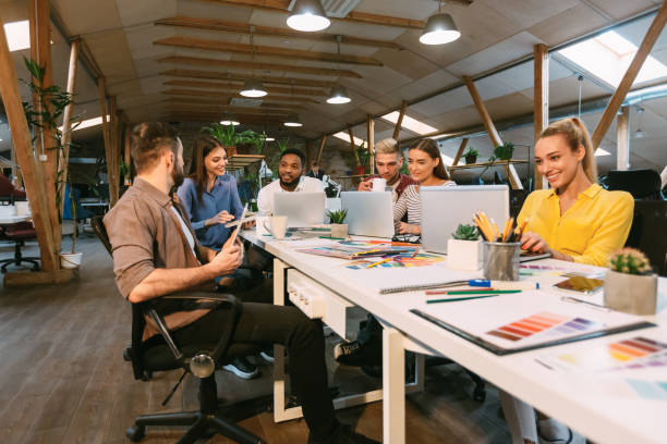Junge Designer arbeiten mit Projekt und diskutieren neue Auftragsentwicklung – Foto