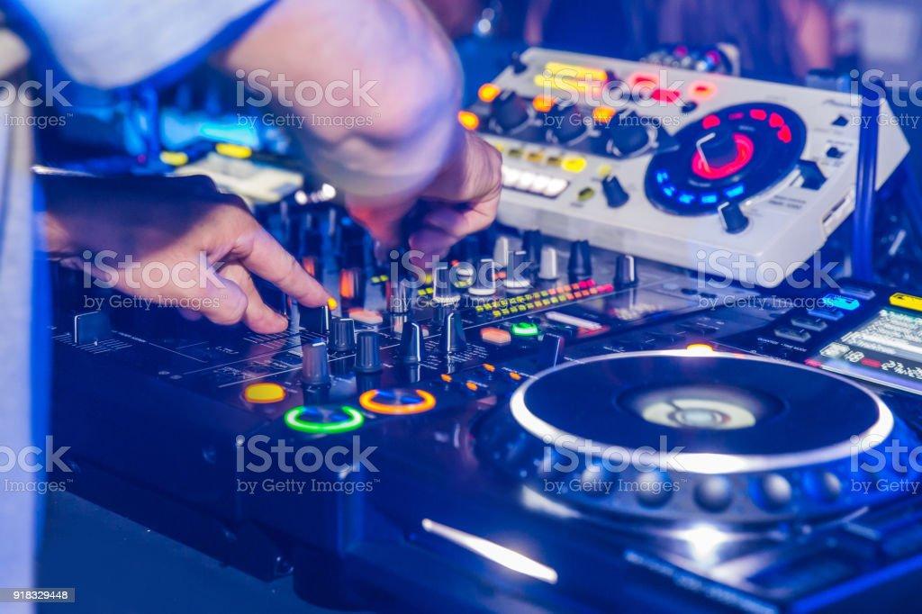 Junge dj spielt Musik in Abschlussball Partei – Foto