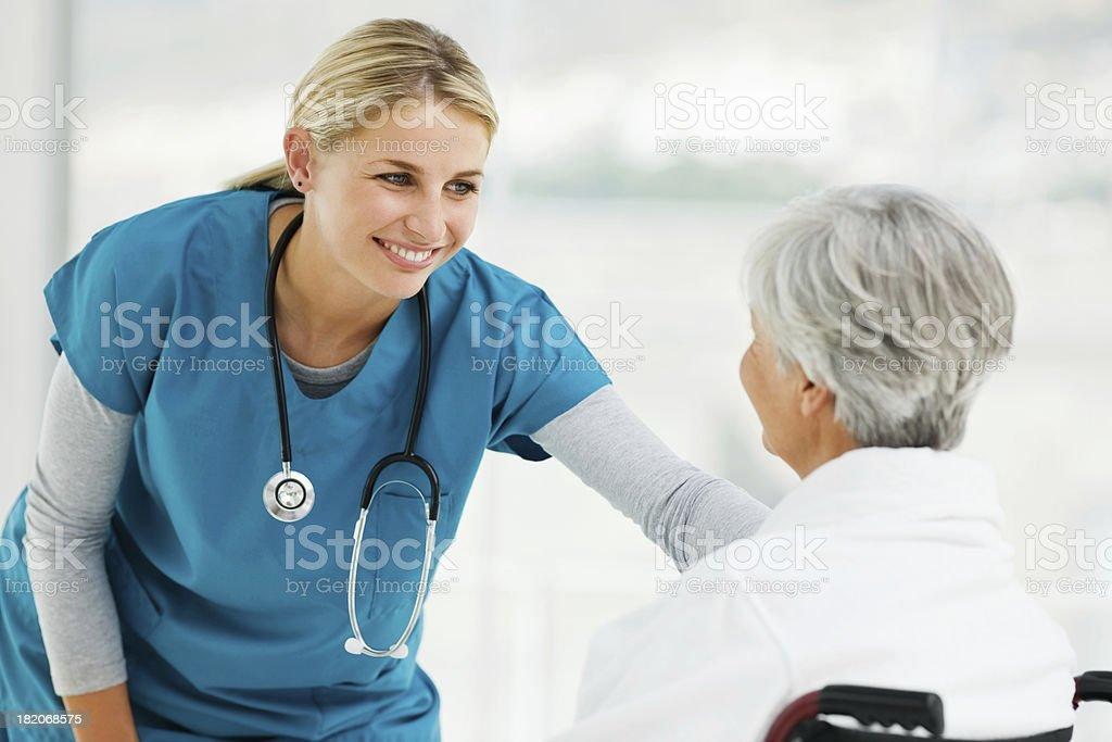 Junger Arzt Gespräch mit einem älteren Patienten – Foto