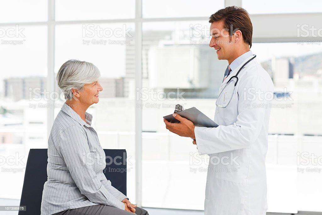 Junger Arzt Gespräch mit senior Patienten – Foto