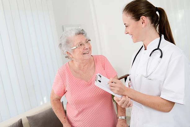 médico joven mujer de edad avanzada de rehabilitación con en su hogar lejos del hogar - geriatría fotografías e imágenes de stock