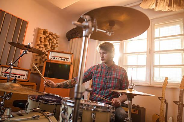 Jovem Baterista em estúdio de música tocando os tambores. - foto de acervo