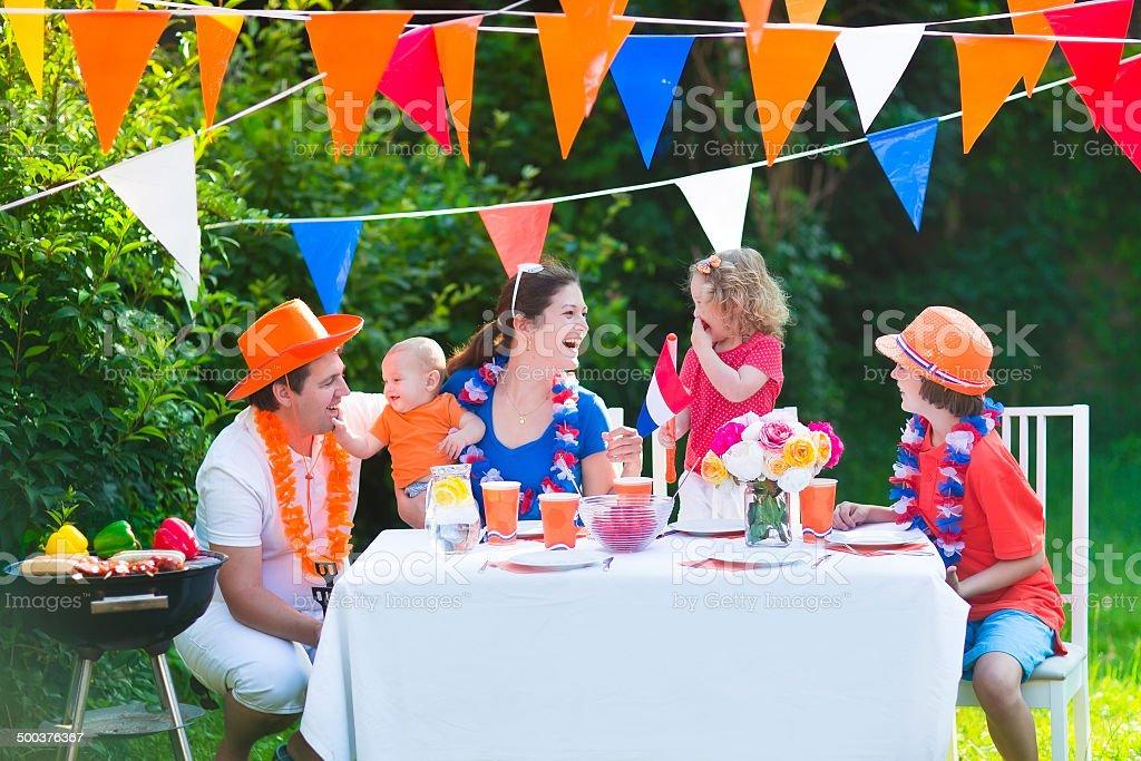 Jeune famille néerlandaise a grill fête - Photo