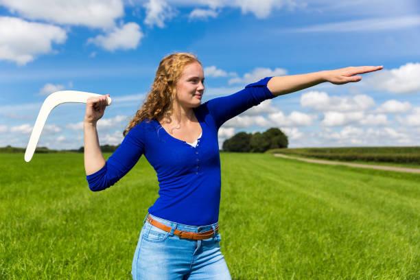 Young dutch woman throwing boomerang - foto stock