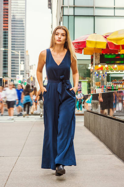 young östliche europäische frau in new york city reisen - jumpsuit blau stock-fotos und bilder