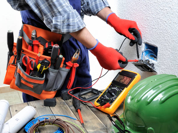 jonge elektricien technicus werkt met inachtneming van de veiligheidsnormen in een residentiële elektrisch systeem. - elektrische fitting stockfoto's en -beelden