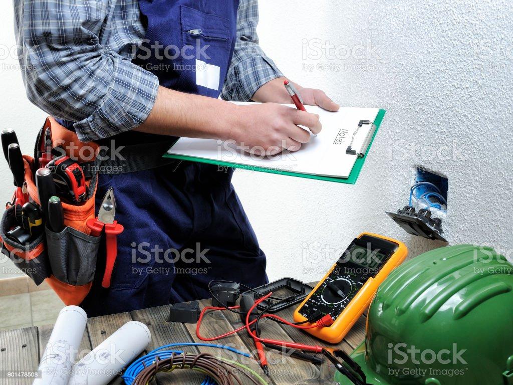 若い電気工事住宅電気設備での作業 ロイヤリティフリーストックフォト