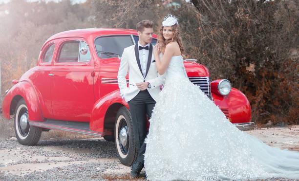 junge eleganz paar am retro-auto - bräutigam anzug vintage stock-fotos und bilder