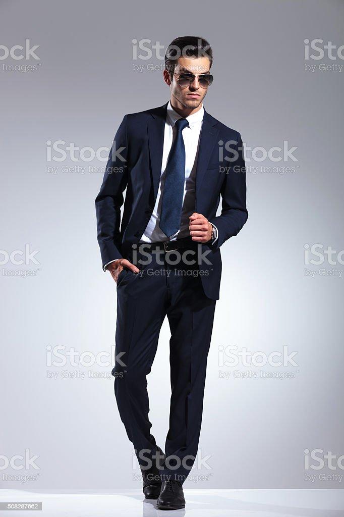 Hombre De Negocios Joven Elegante Tirando Su Chaqueta De