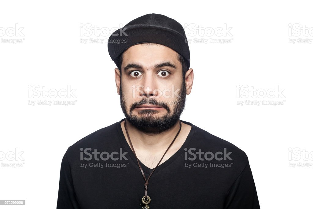 Young emotional man with black t-shirt and cap. – Foto