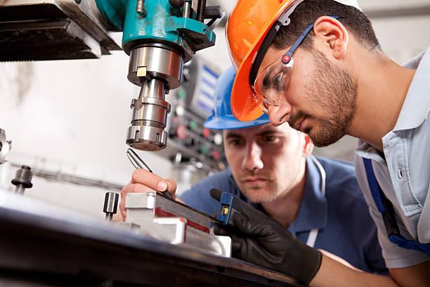 若いエンジニア、現場監督 - 金属工 ストックフォトと画像