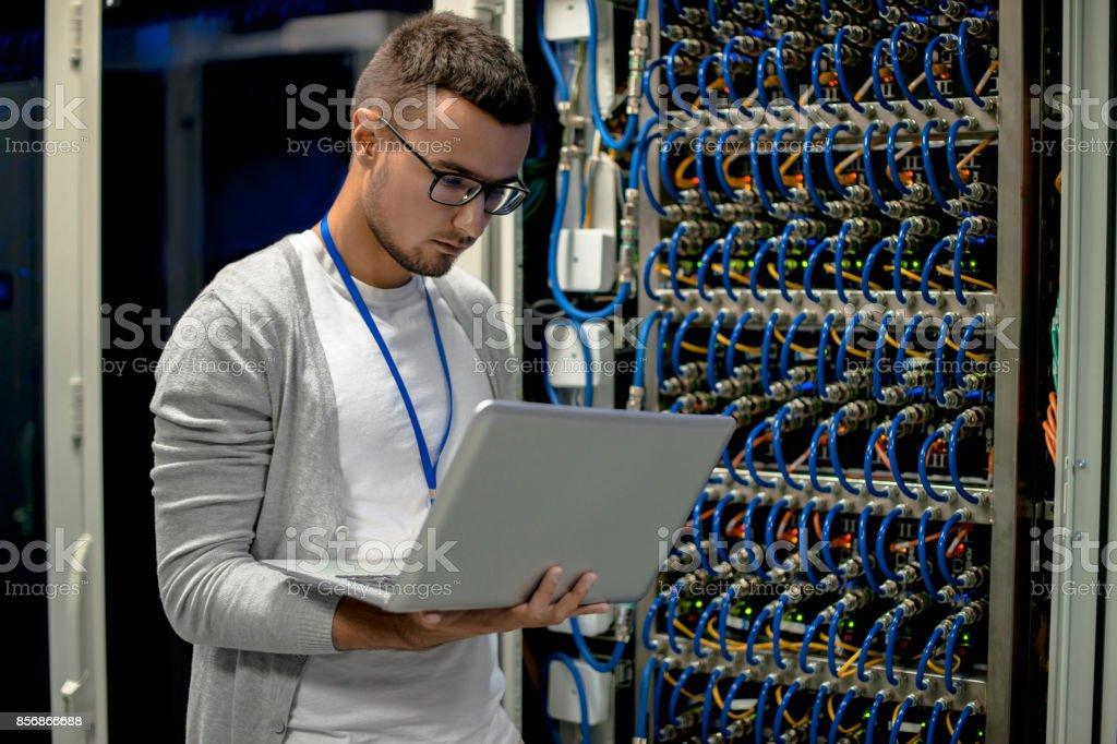 Junger Ingenieur Verwaltung von Supercomputer-Servern – Foto