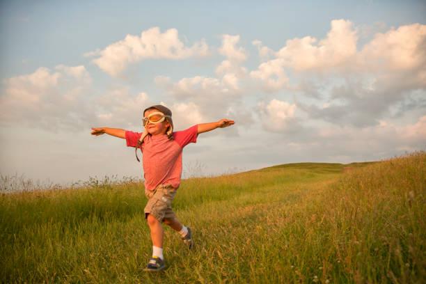 jovem garoto em inglês imaginar voando em hill - standing out from the crowd (expressão inglesa) - fotografias e filmes do acervo
