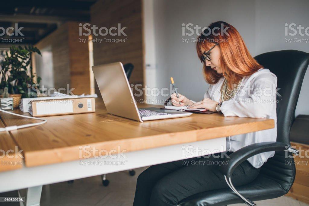 Trabajo afterwork de joven empresario - foto de stock