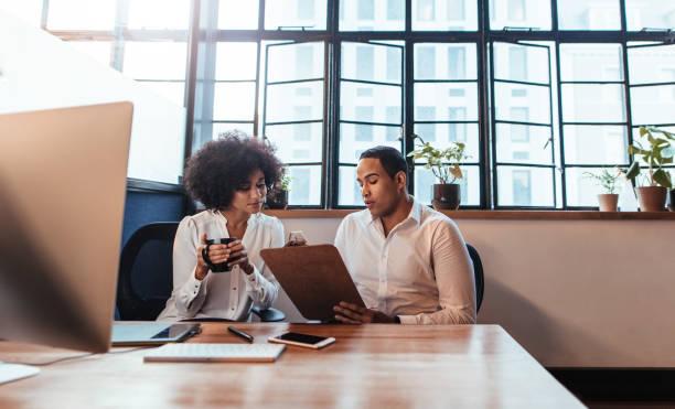 在啟動時坐在一起的青年企業家 - 小型辦公室 個照片及圖片檔