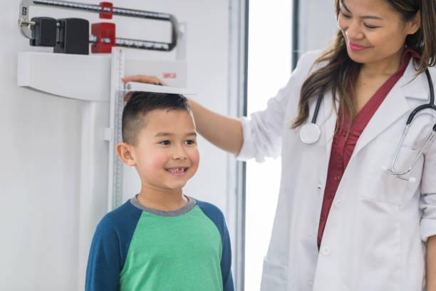 在醫生辦公室的年輕的種族男孩 - 高處 個照片及圖片檔