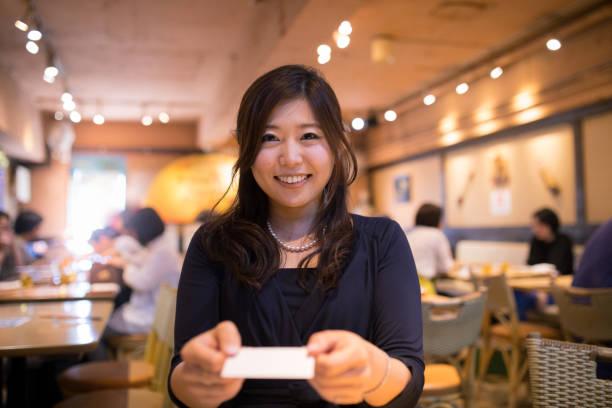 年輕的執行董事,交換名片 - 僅一名中年女子 個照片及圖片檔