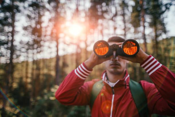 Jeune explorateur regardant à travers les jumelles - Photo