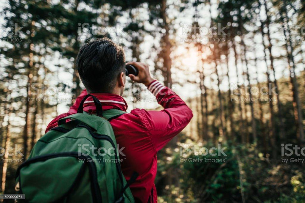 Young explorer Blick durch das Fernglas – Foto