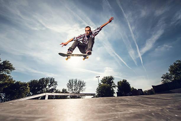 非常に若いスケートボーダーの練習場です。 - スケートボードをする ストックフォトと画像