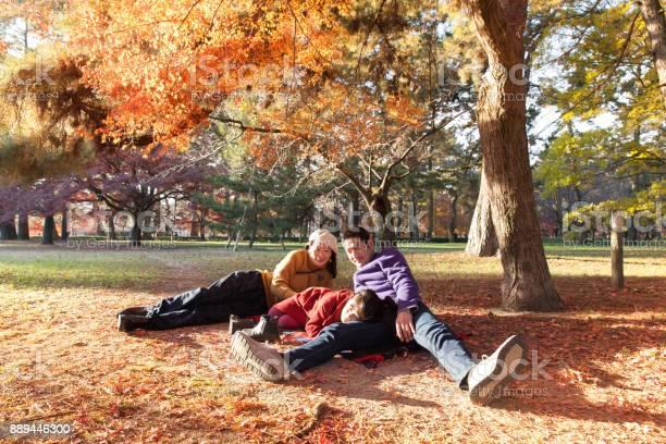 Young family enjoying autumn under japanese maple tree picture id889446300?b=1&k=6&m=889446300&s=612x612&h=okzyhtmxuyd3mv9vobtxxm0aviae4tj7yxmxvg1 vjk=