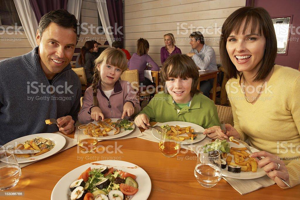 Pranzo Per Bambini 7 Anni : Famiglia mangiare pranzo insieme nel ristorante fotografie stock