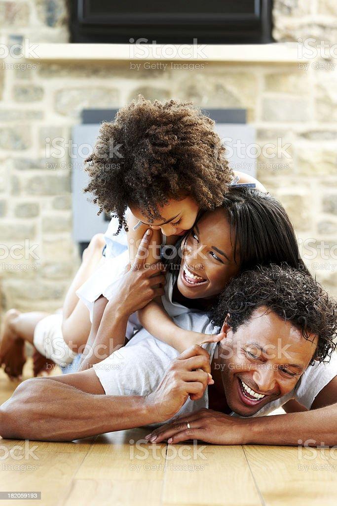 Junge Familie Spaß auf dem Boden liegen – Foto