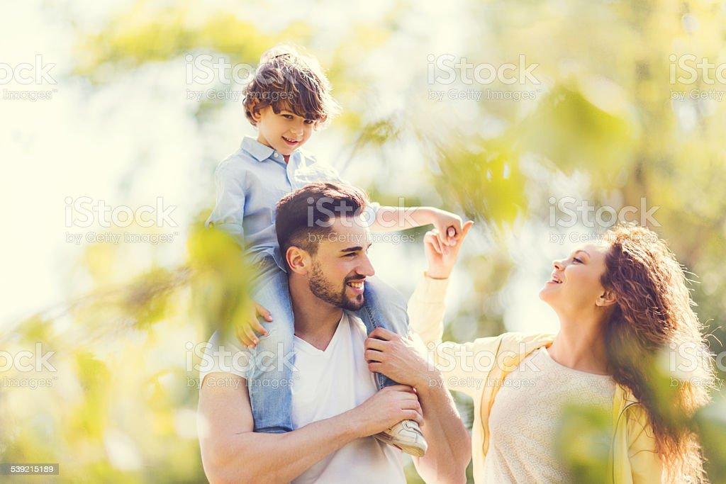 Junge Familie, die Spaß im Freien. - Lizenzfrei 2015 Stock-Foto