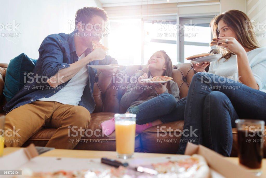família jovem ter pizza para o almoço - foto de acervo