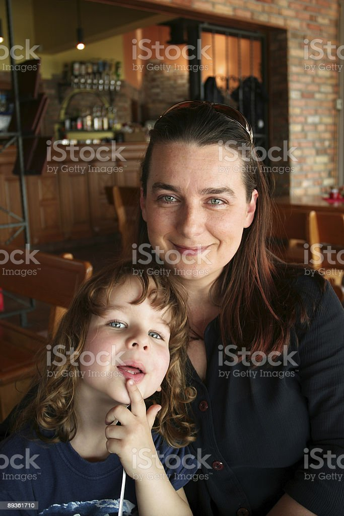 Giovane famiglia nella pizzeria foto stock royalty-free